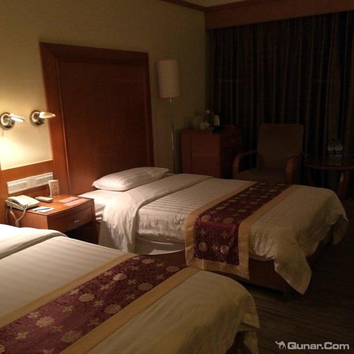说实话,对于海口老式酒店的印象很一般,空旷的房间、老旧的硬件设备、毫无服务意识的员工.....但是这次入住金银岛酒店却大大颠覆了我对老式酒店的传统印象,给了我一个大大的惊喜。 酒店得天独厚的位置条件使得即使酒店的外观算不上多新颖霸气也能够夺人眼球脱颖而出。酒店位于蓝天路上,便捷的交通不论你想去哪里都可以在酒店门口打车或坐公交。而酒店附近也是很快最近才兴起来的新兴商业区,名门广场、即将开放的海航日月广场、省政府等。不论你是逛街放松还是商务办公都会有你想要的东西。 虽然外观足够低调但是酒店的内容却足够让人震撼